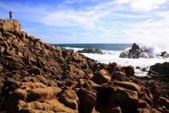 岩石和粗砺的海洋Yallingup的在西澳州靠岸 免版税库存照片
