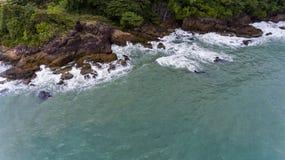 岩石和绿色海滩岸的鸟瞰图 免版税库存照片