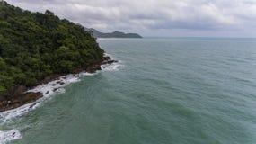 岩石和绿色海滩岸的鸟瞰图 免版税图库摄影