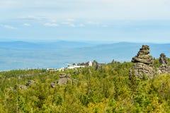 岩石和美洲河鲱Tchup陵佛教徒修道院山的Kachkanar 乌拉尔 俄国 图库摄影