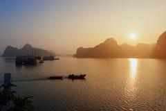 岩石和船越南Ha长海湾剪影  免版税库存图片