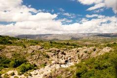岩石和草风景  免版税库存照片