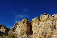 岩石和蓝色,天空,在国会大厦礁石,犹他 免版税库存照片