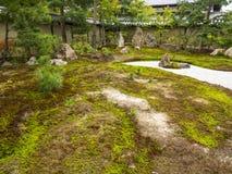岩石和青苔庭院 免版税库存照片