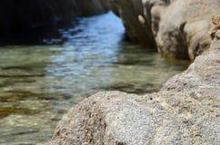 岩石和洞 免版税库存图片