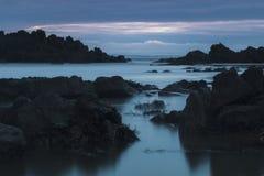 岩石喜怒无常的长的曝光沿海滩的 免版税图库摄影