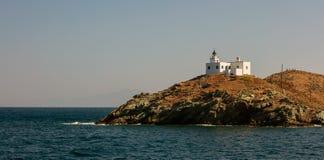 岩石土地的灯塔和贴水帕帕佐普洛斯教会 Kea, Tzia海岛,希腊 天空背景,横幅 库存图片