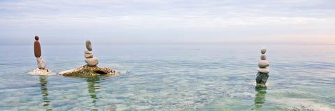 岩石在一镇静天平衡了海上 免版税库存图片