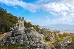 岩石在国家公园的山顶部在哈恩省、一个镇安大路西亚的和圣卡塔利娜附近城堡背景的 免版税库存照片