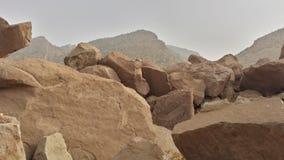 岩石在地面上和在mountans 免版税库存照片