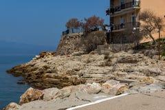 岩石在堤防的海在Skala Maries, Thassos海岛,希腊 免版税库存照片