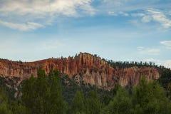 岩石在天空下 免版税库存照片