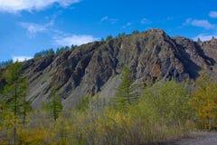 岩石在市Susuman 早期的秋天 Kolyma IMG_4039 图库摄影