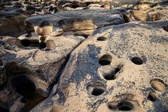 岩石在干燥河 免版税库存照片