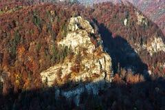 岩石在日落的秋天森林里在Harmanec,斯洛伐克,好漂亮的东西或人 免版税库存图片
