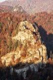 岩石在日落的秋天森林里在Harmanec,斯洛伐克, natur 库存照片