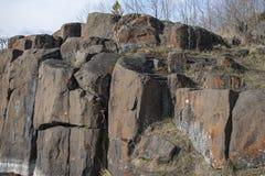 岩石在春天,干草天空蔚蓝 免版税库存图片