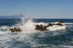 岩石在有波浪的海 免版税图库摄影