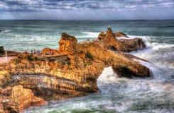 岩石在比亚利兹附近的大西洋 免版税库存图片