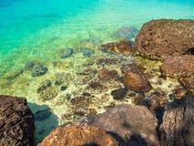 岩石在海在白天 库存图片
