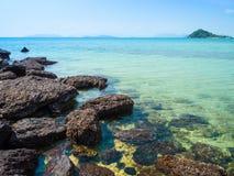 岩石在海在白天 免版税库存图片