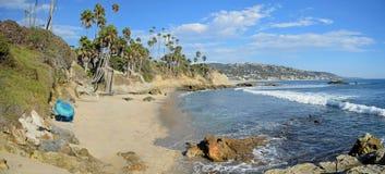 岩石在海斯勒公园下的堆海滩拉古纳海滩的 加利福尼亚 库存照片