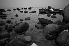 岩石在湖 免版税库存照片