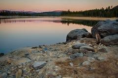 岩石在湖 免版税库存图片