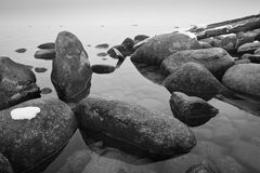 岩石在湖 库存照片