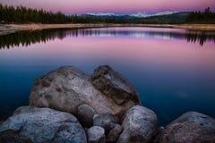 岩石在湖 库存图片