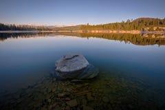 岩石在湖 免版税图库摄影