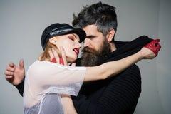 岩石在灰色背景的夫妇容忍 在性感的妇女和有胡子的人爱的夫妇  有胡子的行家和女孩 图库摄影