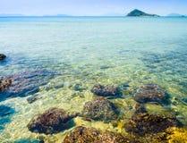 岩石在白天的海 库存照片