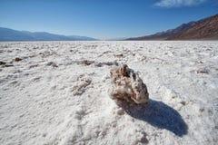 岩石在盐湖在Death Valley 库存图片