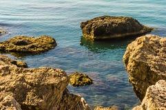 岩石在蓝色海 免版税库存图片
