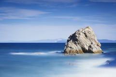 岩石在蓝色海 Sansone海滩 elba海岛 托斯卡纳,意大利, 免版税库存图片