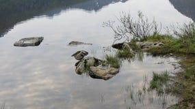 岩石在水中 Sigerfjord 库存照片