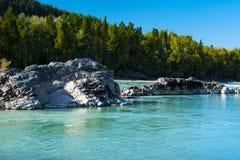 岩石在绿松石河 库存照片