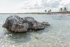 岩石在离海岸的附近 免版税库存照片