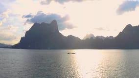 岩石在Cheow Lan湖 股票视频