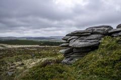 岩石在Dartomoor国立公园在德文郡在英国 库存图片