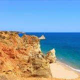 岩石在Portimao的海滩普腊亚。 Algarve。 葡萄牙 库存图片