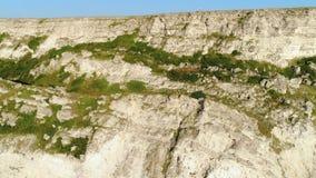岩石地形的难以置信的顶视图在夏天 ?? 岩石的美丽的景色在一好日子 股票录像
