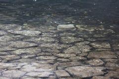 岩石块纹理在水中 免版税图库摄影