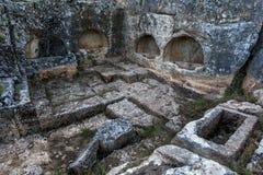 岩石坟茔的部分雕刻了入山坡在佩列古城在Adiyaman附近在东南土耳其 库存照片