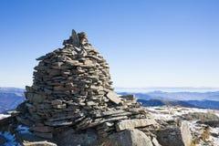 岩石堆积了人在山顶部 库存图片