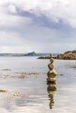 岩石塔在康沃尔郡海边 库存照片