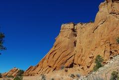 岩石墙壁在蓝天,犹他下 免版税库存图片