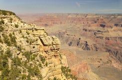 岩石壁架和小灌木在大峡谷,亚利桑那的南外缘 库存图片