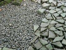 岩石小卵石和残破的砖 免版税库存图片